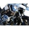 Zesílenýspodní + horní padací rám Heed pro BMW R1200GS 2008-2012. Účinná ochrana důležitých částí velmi pevné konstrukci, která je zesílená trubkou nad horní částí válce. Pevná konstrukce chránící motor i nádrž motocyklu. Nekompromisní ochrana při pádu. stříbrná barva Možnost doplnittaškami do rámu.