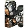 Zesílenýspodní + horní padací rám Heed pro BMW R1200GS 2008-2012. Účinná ochrana důležitých částí velmi pevné konstrukci, která je zesílená trubkou nad horní částí válce. Pevná konstrukce chránící motor i nádrž motocyklu. Nekompromisní ochrana při pádu. černá barva Možnost doplnit taškami do rámu.