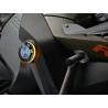 LED blinkry v logu BMW pro R1250GS Adventure 2018+, R1200GS Adventure LC 2014-2018 Designový LED blinkr pod emblém BMW na boku kapotáže. Nenahrazuje přední blinkry, pouze je doplňuje. Set (2ks) na obě strany, kompletní montážní materiál. Logo BMW použijete původní. Není potřeba žádných dalších úprav ani odporů. Na výběr z klasické oranžové barvy (doporučujeme), bílé, modré, červené, zelené.