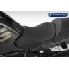 Přední sedadlo Wunderlich Ergo proBMW R1250GS Adventure 2018+, R1250GS 2018+, R1200GS Adventure LC 2014-2018, R1200GS LC 2013-2018.Poskytuje řidiči nepoznaný komfort na dlouhých cestách a motorce dodá nový vzhled. Vhodné v kombinaci se sedadlem spolujezdce Wunderlich Ergo. stejná výška jakooriginál v případě R1250GS 18+ a R1200GS LC 2013-2018 o 2 cm nižší než originál v případě R1250GS Adventure 18+ a R1200GS Adventure LC 2014-2018 lepené švy vyrobeno v Německu měkká horní vrstva a tuhé jádro