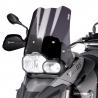 Cestovní plexi značky Puig pro BMW F800GS, F650GS Twin 2008-2012. Vertikální vlny uprostřed plexi zajišťující optimální proudění vzduchu a zároveň jeho pevnost ve vyšších rychlostech. Testováno ve větrném tunelu. Barva: tmavě kouřová Výška: 38cm (měřeno prostředkem) pozn.: Míry naznačené na obrázku jsou na čirém plexi.
