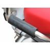 Gumové gripy od GSemotion pro spolujezdce na BMW R12500GS Adventure 2018+ a R1200GS Adventure LC 2014-2018. Nasazují se na nerezový zadní nosič, jehož součástí jsou i madla spolujezdce, která se nedrží zrovna pohodlně. Sada obsahuje 2ks. Délka: 11,5 cm Šířka: 3,1 cm