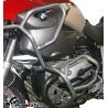 Zesílenýspodní + horní padací rám Heed pro BMW R1200GS 2004-2007. Účinná ochrana důležitých částí velmi pevné konstrukci, která je zesílená trubkou nad horní částí válce. Pevná konstrukce chránící motor i nádrž motocyklu. Nekompromisní ochrana při pádu. stříbrná barva Možnost doplnittaškami do rámu.